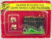 Asterix - Editions ATLAS - Le Village - n°49  Quatre écoliers sur leurs bancs + une palissade