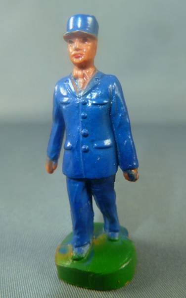 Clairet - 48mm- Officer walking