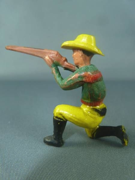 Clairet - wild west - cow boy 1st series - footed kneeling firing rifle (green & yellow - yellow hat)