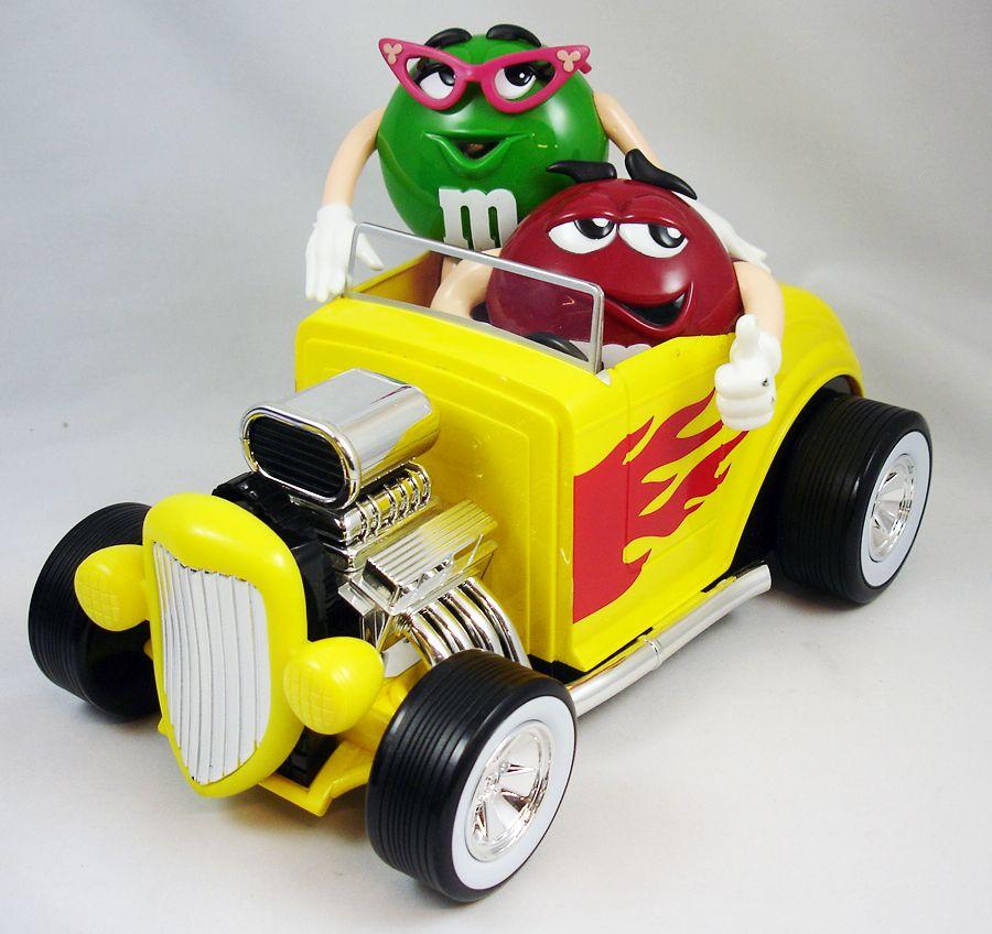 distributeur de bonbons m m 39 s rouge et verte en voiture. Black Bedroom Furniture Sets. Home Design Ideas