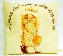 Holly Hobbie - Cushion \'\'L\'amour c\'est sourire avec son coeur\'\'