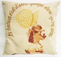 Holly Hobbie - Cushion \'\'Le bonheur c\'est d\'avoir quelque chose qu\'on aime\'\'