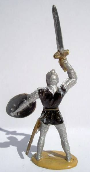 Merten 40mm - Middle Age - Footed Trooper raising sword (black tunic) (ref 352))