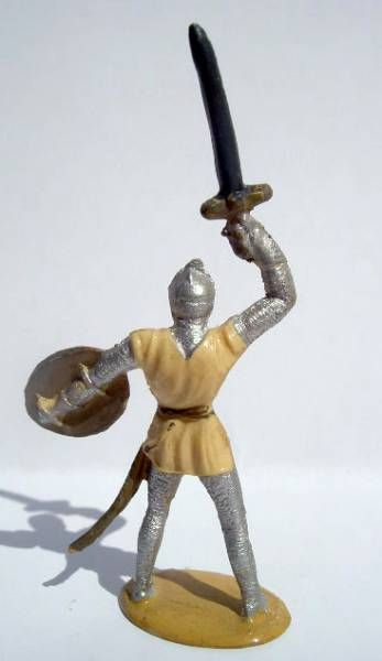 Merten 40mm - Middle Age - Footed Trooper raising sword (cream tunic) (ref 352)