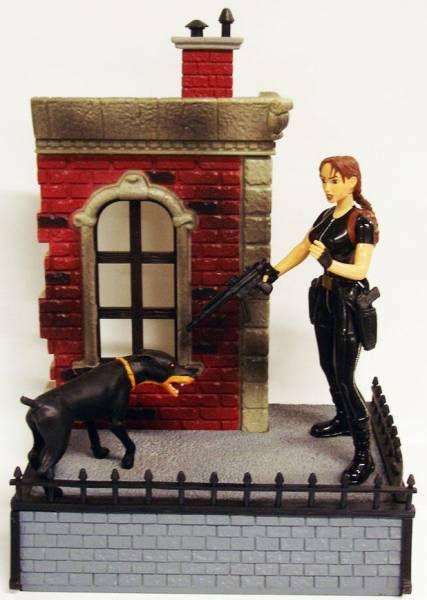 Playmates - Tomb Raider -  London :  Lara Croft encounters the Ferocious Doberman (loose)
