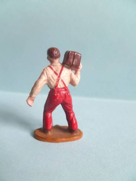 Starlux 35mm (1/50°) - Civilians - Carrying parcel on shoulder (ref 1055)