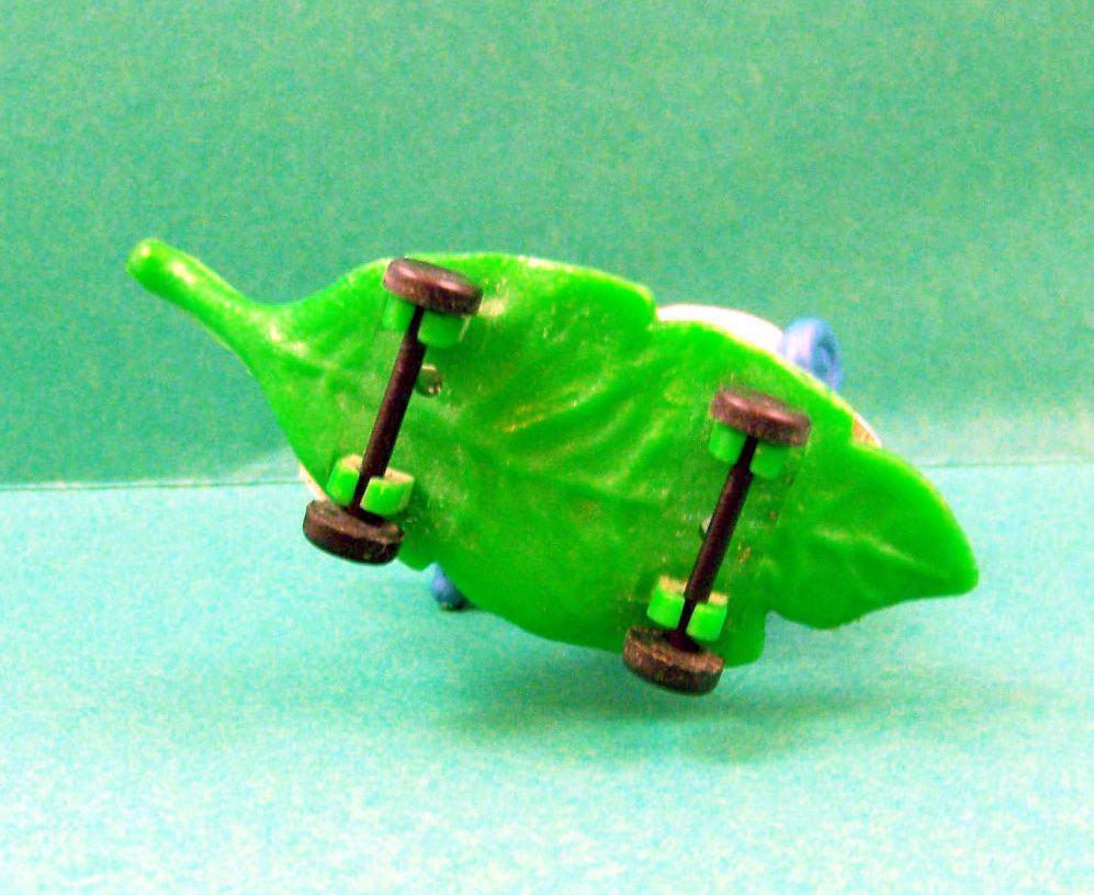 The Smurfs - Schleich - 40204 Smurf skateboarding on vegetal board