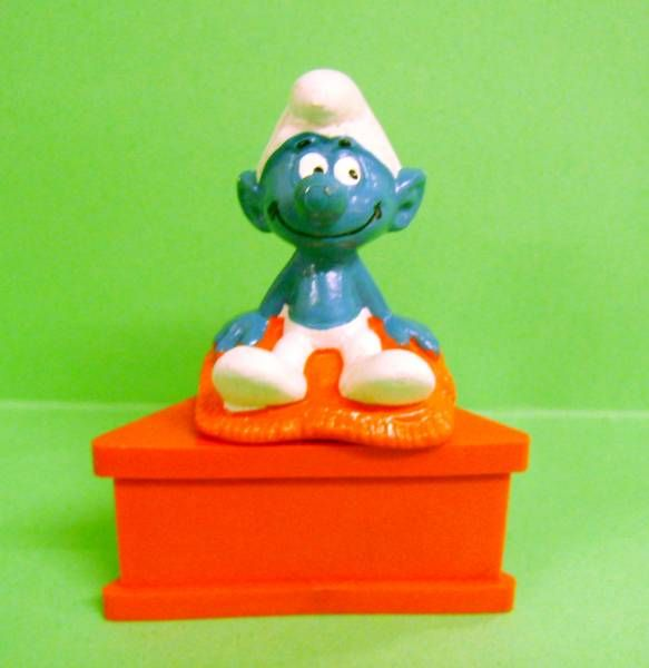 The Smurfs - Schleich - Smurf Schtroumpf sitting on a cushion \'\'--no message--\'\' (red base)