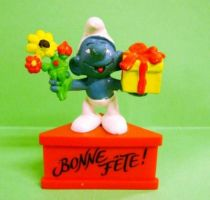 The Smurfs - Schleich - Smurf with flowers & gift \'\'Good Holiday\'\' (red base)
