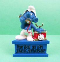 Les Schtroumpfs - Schleich - Schtroumpf au téléphone Pour vous au loin Joyeux Anniversaire (socle bleu) 01