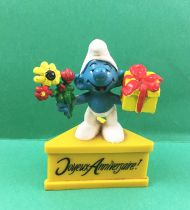 The Smurfs - Schleich - Smurf with present & flowers \'\'Happy Birthday!\'\' (yellow base)
