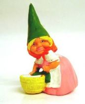 The world of David the Gnome - PVC Figure - Susan does laundry (pink dress)
