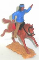 Timpo - Apaches - Mounted making sign (knife) dark blue torso 3th cowboys series cream legs brown galloping (long) horse