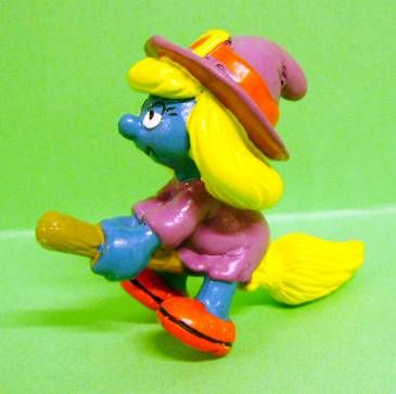 20198 Witch Smurfette on her flying brush