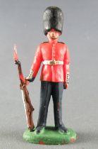 Britains Herald Soldat de Régiment Garde Anglais debout jambe écartées fusil sur le coté 3