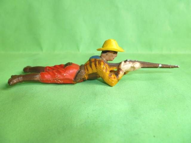 Clairet - wild west - cow boy 1st series - footed laying firing rifle (red & yellow - yellow hat)