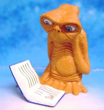 E.T. - Universal Studio 2002 - PVC Figure - E.T learn to read