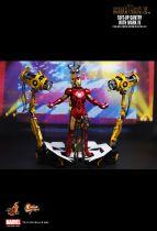 Iron Man 2 - Suit-Up Gantry w/Iron Man Mark IV - Figurine 30cm Hot Toys Sideshow MMS 160