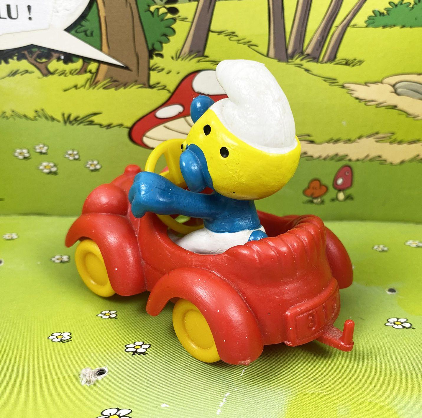 Les Schtroumpfs - Schleich - 40210 Schtroumpf conduisant voiture rouge (volant jaune)