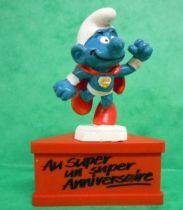 Les Schtroumpfs - Schleich - Schtroumpf Superman \'\'Au Super, un super Anniversaire\'\' (socle rouge)