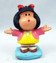 Mafalda - M+B Maia Borges - PVC Mafalda debout sur un coussin