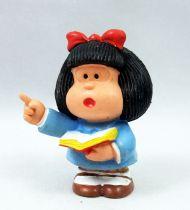 Mafalda - M+B Maia Borges - PVC Mafalda lit un livre