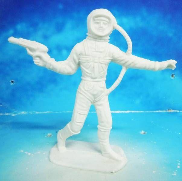 plastic astronaut figurines - 603×600