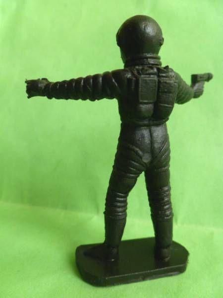 Space Toys - Plastic Figures - Cosmonaut pointing & spacegun (Bonux black color)