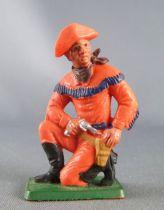 Starlux - Cow-Boys - Série 77 ordinaire - Piéton à genoux révolver (orange) (réf 126)