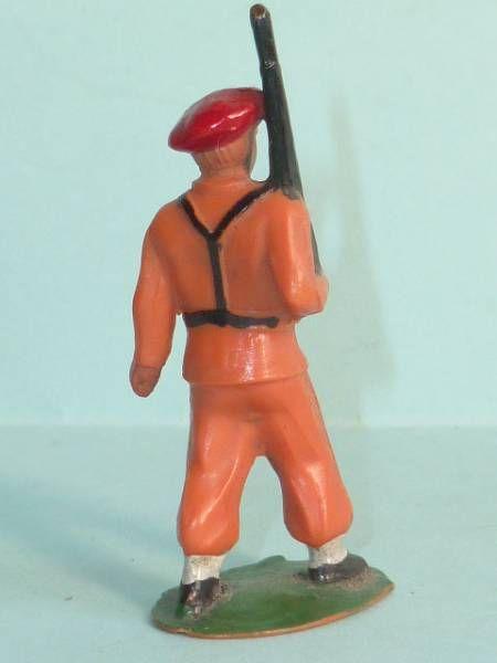 Starlux - Parachutistes - Type 1 (orange) - Défilant fusil épaule (réf 66)