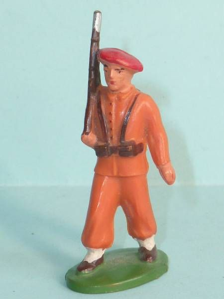 Starlux - Paratroopers - Type 1 - Marching Rifle on shoulder (réf 66)