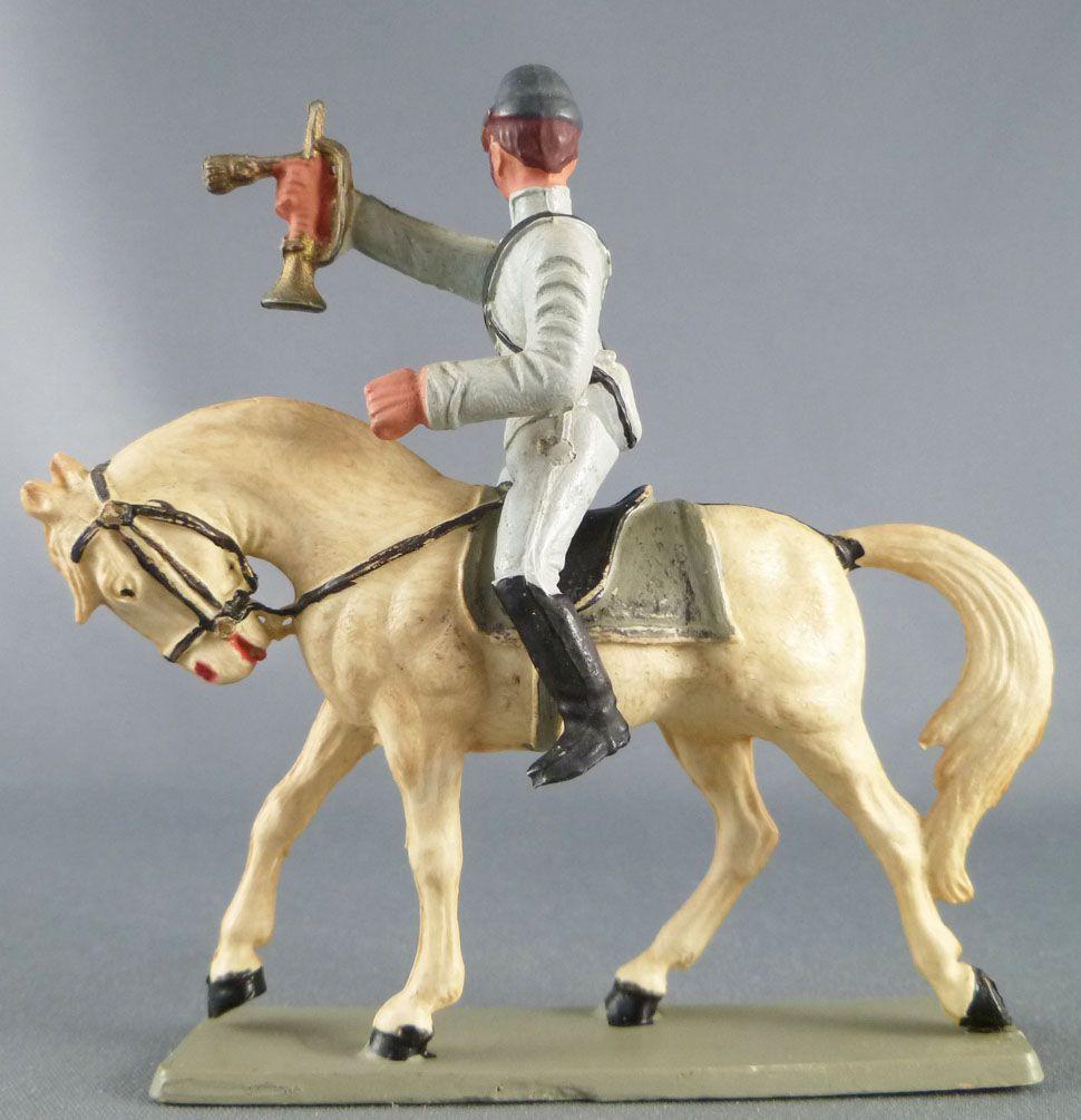 Starlux - Sudistes - Série ordinaire - Cavalier clairon regardant à gauche bras tendu cheval blanc tête baissée (réf CS9)