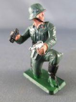 Starlux - WW2 - German - Kneeling with Luger & Binoculars (ref V16)