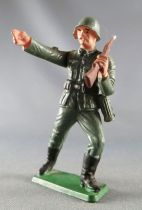 Starlux - WW2 - German - Trooper charging rifle shoulder right arm pointing (ref V32)
