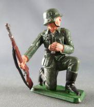 Starlux - WW2 - German - Trooper Kneeling rifle in right hand (ref  V15)