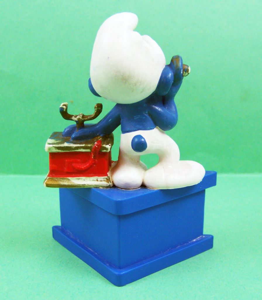 Les Schtroumpfs - Schleich - Schtroumpf au téléphone Pour vous au loin Joyeux Anniversaire (socle bleu) 02