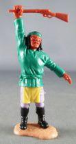 Timpo - Apaches - Piéton bras lévé (fusil) torse vert foncé jambes droites (pagne jaune pantalon lilas bottes noires)