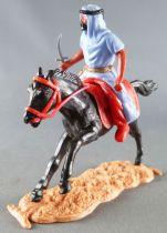 Timpo - Arabes - Cavalier bleu couteau pantalon rouge ceinture doré cheval galop long noir socle sable