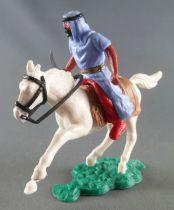 Timpo - Arabes - Cavalier bleu couteau pantalon rouge ceinture doré selle havane cheval galop court blanc