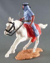 Timpo - Arabes - Cavalier bleu couteau pantalon rouge ceinture doré selle rouge cheval galop court blanc