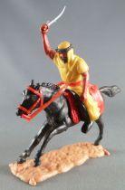 Timpo - Arabes - Cavalier jaune cimetere pantalon noir ceinture rouge cheval galop long noir socle sable