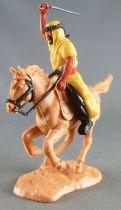 Timpo - Arabes - Cavalier jaune cimeterre pantalon noir ceinture rouge cheval galop rentré baie