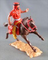 Timpo - Arabes - Cavalier rouge couteau pantalon jaune ceinture grise cheval galop long marron