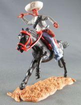 Timpo - Mexicains - Cavalier ceinture séparée bras droit levé veste grise fouet pantalon bleu sombrero blanc cheval noir galop