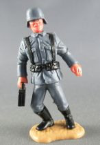 Timpo - WW2 - Allemands - 2ème série (tete & casque monobloc) - Porteur boite munitions jambes penchées à droite