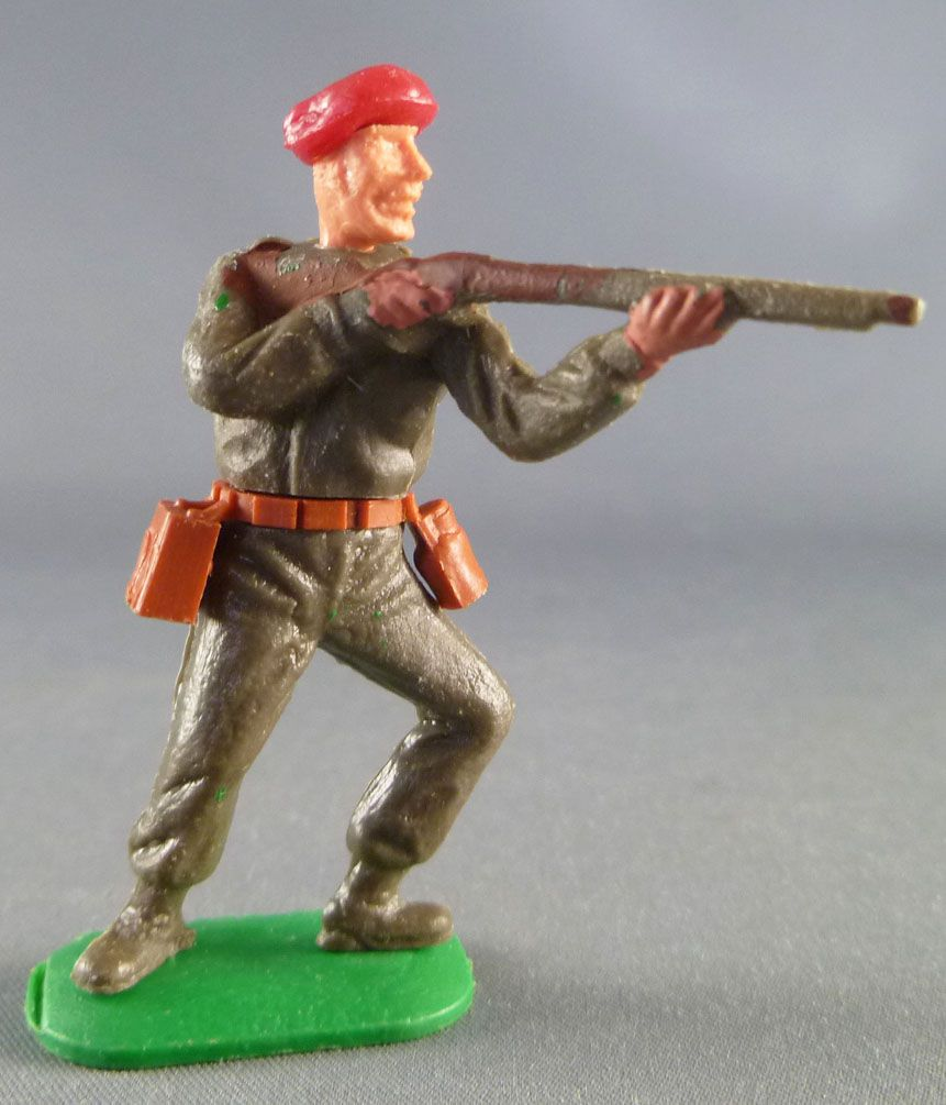 Timpo - WW2 - Kaki Soldiers with Red Beret - Firing rifle leaning to the left legs