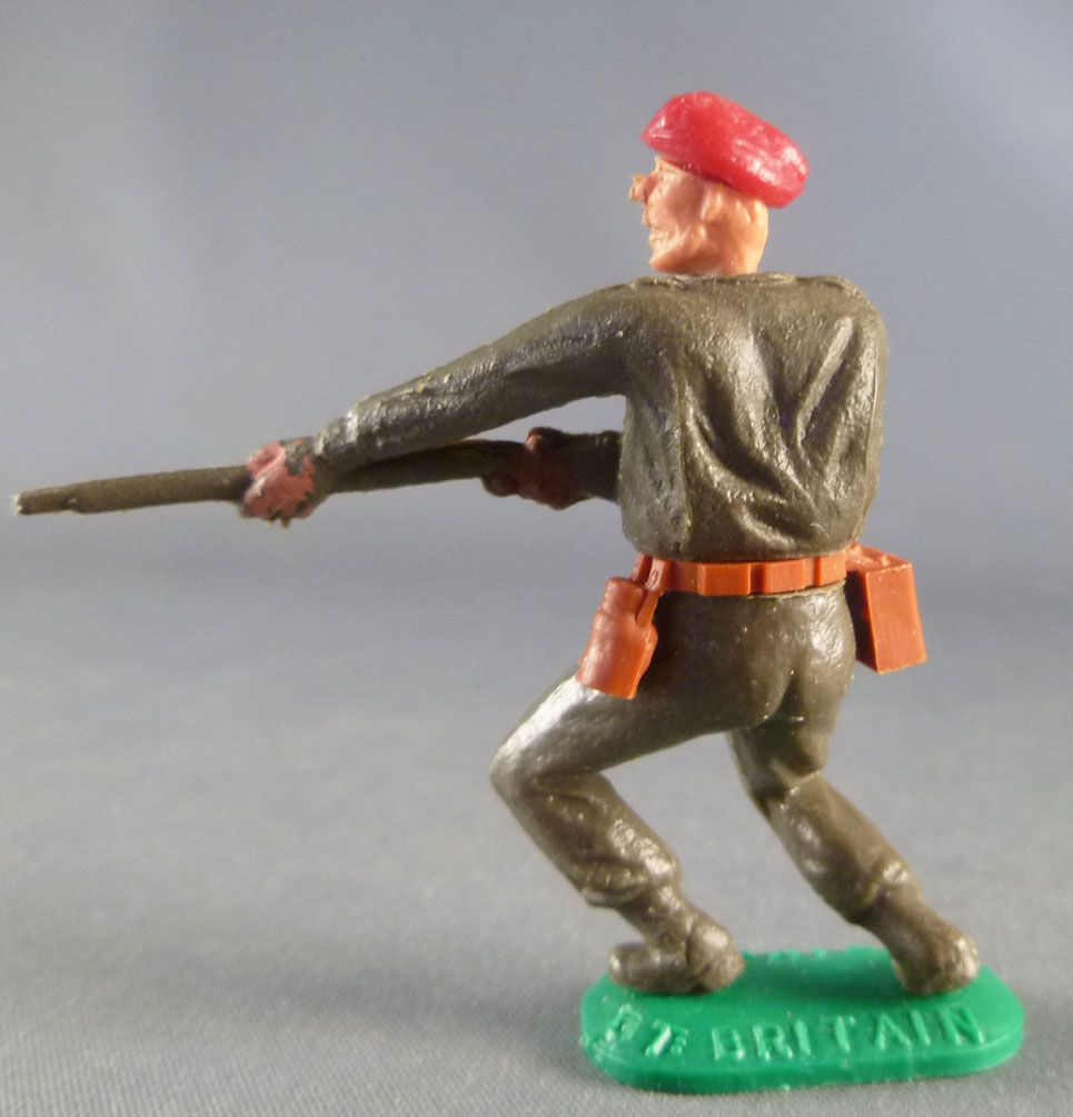 Timpo - WW2 - Kaki Soldiers with Red Beret - Firing rifle waist both bent to the left legs